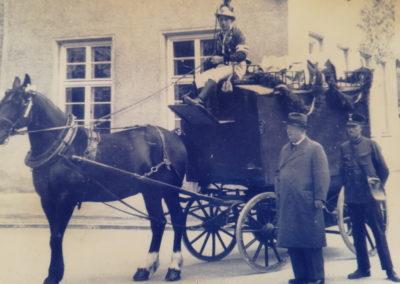 Abschied von der Pferdepost im Jahre 1936 mit Firmenchef Josef Knabl aus der 2ten Generation (2ter von links)