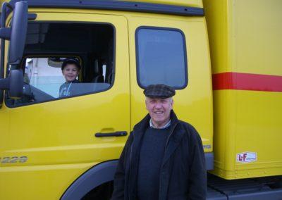 Seniorchef mit Enkel (Abholung neuer Lkw)
